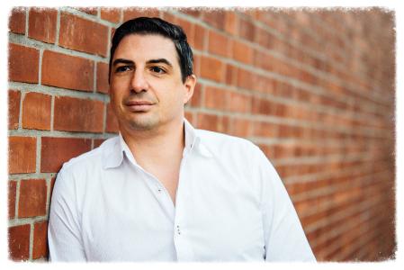 Michael Bailer blickt sehr hoffnungsfroh in die Zukunft an einer Backsteinwand